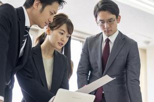 日本人ビジネスマンとビジネスウーマンの写真素材 [FYI04689401]