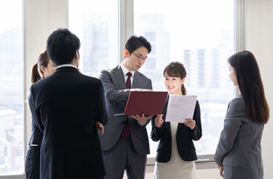 日本人ビジネスマンとビジネスウーマンの写真素材 [FYI04689404]