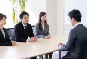 日本人ビジネスマンとビジネスウーマンの写真素材 [FYI04689419]