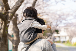 桜と親子の写真素材 [FYI04689618]