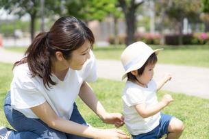 日本人親子の写真素材 [FYI04689727]