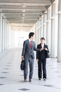 日本人ビジネスマンとビジネスウーマンの写真素材 [FYI04690037]