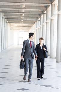 日本人ビジネスマンとビジネスウーマンの写真素材 [FYI04690038]