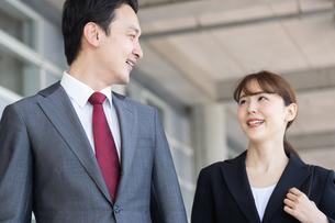 日本人ビジネスマンとビジネスウーマンの写真素材 [FYI04690049]