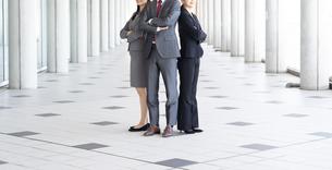 日本人ビジネスマンとビジネスウーマンの写真素材 [FYI04690077]