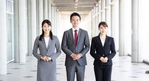 日本人ビジネスマンとビジネスウーマンの写真素材 [FYI04690079]