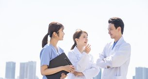 日本人医師と介護士の写真素材 [FYI04690139]