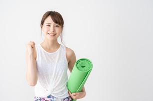 ヨガをする日本人女性の写真素材 [FYI04690509]