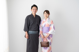 浴衣を着たカップルの写真素材 [FYI04690552]