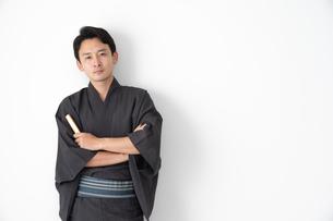 浴衣を着た日本人男性の写真素材 [FYI04690599]
