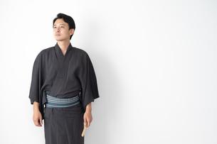 浴衣を着た日本人男性の写真素材 [FYI04690601]