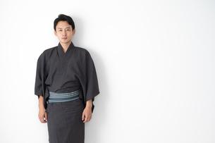浴衣を着た日本人男性の写真素材 [FYI04690602]