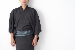 浴衣を着た日本人男性の写真素材 [FYI04690604]