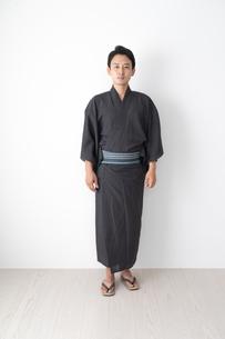 浴衣を着た日本人男性の写真素材 [FYI04690605]