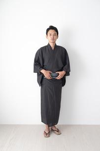 浴衣を着た日本人男性の写真素材 [FYI04690607]