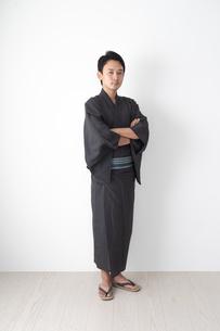 浴衣を着た日本人男性の写真素材 [FYI04690608]