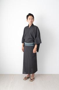 浴衣を着た日本人男性の写真素材 [FYI04690615]