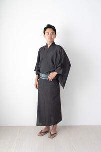 浴衣を着た日本人男性の写真素材 [FYI04690616]