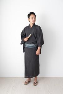 浴衣を着た日本人男性の写真素材 [FYI04690622]