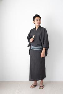 浴衣を着た日本人男性の写真素材 [FYI04690623]
