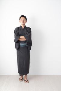 浴衣を着た日本人男性の写真素材 [FYI04690626]