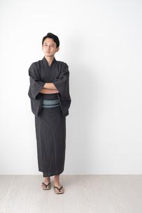 浴衣を着た日本人男性の写真素材 [FYI04690627]