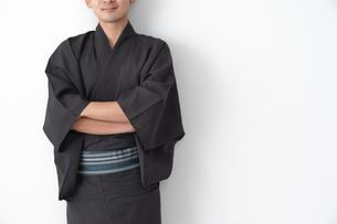 浴衣を着た日本人男性の写真素材 [FYI04690632]