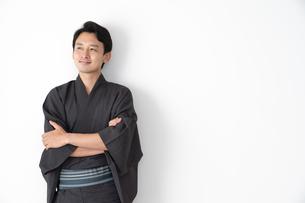 浴衣を着た日本人男性の写真素材 [FYI04690637]