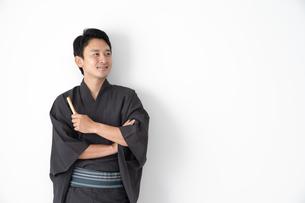 浴衣を着た日本人男性の写真素材 [FYI04690638]