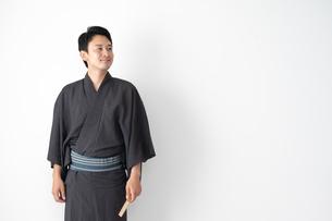 浴衣を着た日本人男性の写真素材 [FYI04690639]