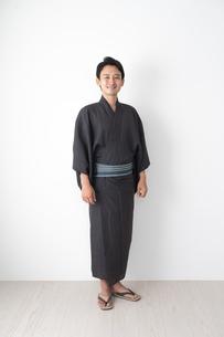 浴衣を着た日本人男性の写真素材 [FYI04690644]