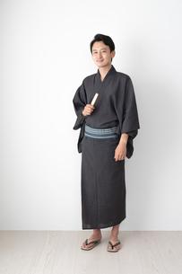 浴衣を着た日本人男性の写真素材 [FYI04690645]