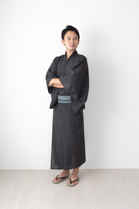 浴衣を着た日本人男性の写真素材 [FYI04690651]