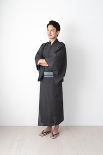 浴衣を着た日本人男性の写真素材 [FYI04690652]