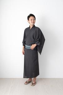 浴衣を着た日本人男性の写真素材 [FYI04690654]