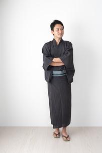 浴衣を着た日本人男性の写真素材 [FYI04690659]