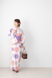 浴衣を着た日本人女性の写真素材 [FYI04690663]