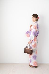 浴衣を着た日本人女性の写真素材 [FYI04690669]