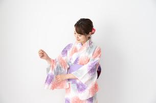 浴衣を着た日本人女性の写真素材 [FYI04690675]