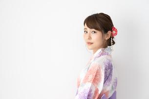 浴衣を着た日本人女性の写真素材 [FYI04690678]