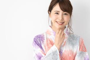 浴衣を着た日本人女性の写真素材 [FYI04690681]