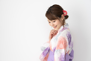 浴衣を着た日本人女性の写真素材 [FYI04690685]
