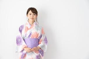 浴衣を着た日本人女性の写真素材 [FYI04690693]