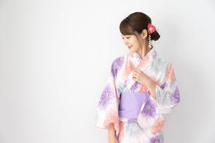浴衣を着た日本人女性の写真素材 [FYI04690700]