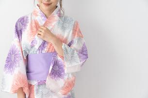 浴衣を着た日本人女性の写真素材 [FYI04690703]