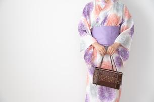 浴衣を着た日本人女性の写真素材 [FYI04690704]