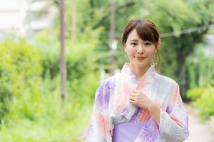 浴衣を着た日本人女性の写真素材 [FYI04690710]
