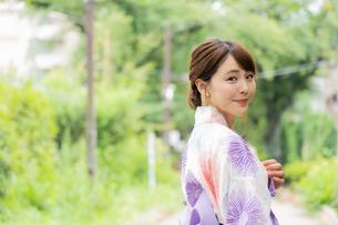 浴衣を着た日本人女性の写真素材 [FYI04690712]