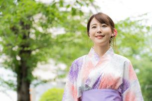 浴衣を着た日本人女性の写真素材 [FYI04690715]