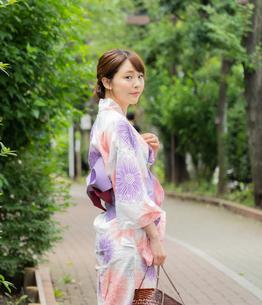浴衣を着た日本人女性の写真素材 [FYI04690720]
